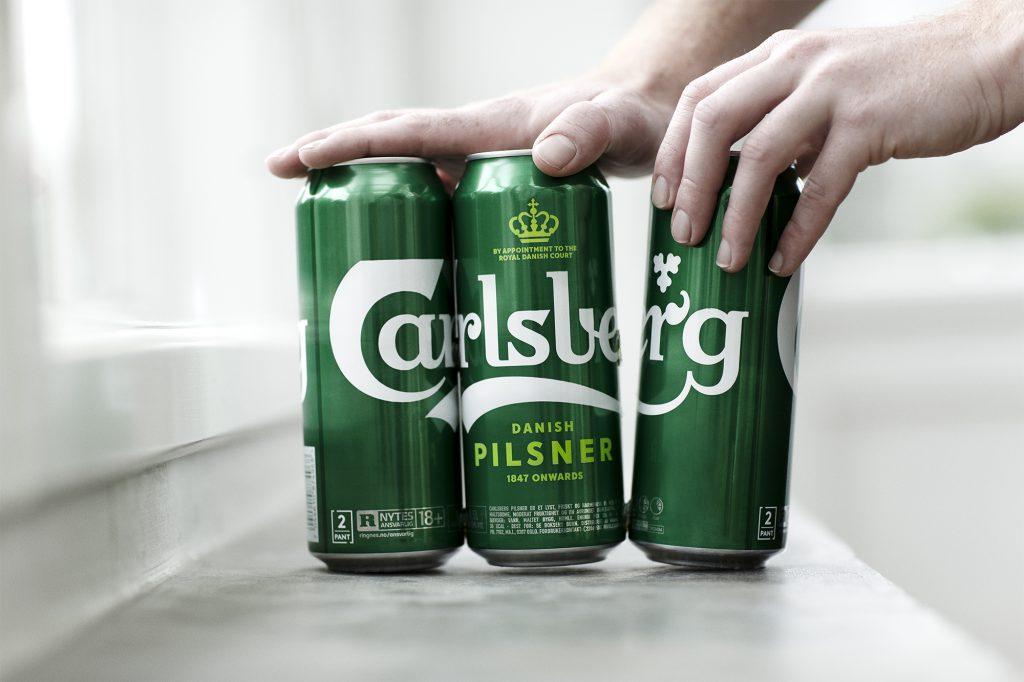 Mão separando as latas de cerveja